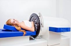 Flicka i brunnsortklinik Royaltyfri Fotografi