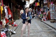 Flicka i Byblos souk, Libanon arkivfoto