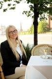 Flicka i cafe Fotografering för Bildbyråer