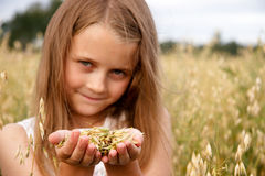 Flicka i cornfield Arkivfoto