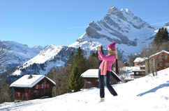 Flicka i de schweiziska fjällängarna Arkivbild