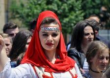 Flicka i den albanian traditionella dräkten, Prizren Arkivfoto