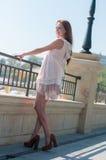 Flicka i den beigea klänningen för sommar Fotografering för Bildbyråer