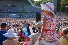 Flicka i den estländska sångfestivalen Fotografering för Bildbyråer