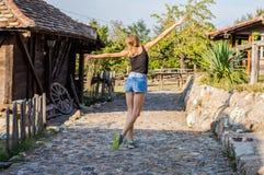 flicka i den gamla byn Arkivbilder