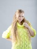 Flicka i den gula ärmlös tröja Arkivbild