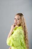 Flicka i den gula ärmlös tröja Arkivfoton