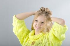 Flicka i den gula ärmlös tröja Royaltyfria Bilder