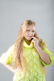 Flicka i den gula ärmlös tröja Arkivfoto