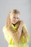 Flicka i den gula ärmlös tröja Arkivbilder