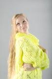 Flicka i den gula ärmlös tröja Royaltyfria Foton