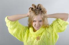 Flicka i den gula ärmlös tröja Royaltyfri Foto