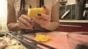 Flicka i den gula spanska pepparen för kökrengöringar lager videofilmer