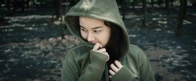 Flicka i den mörka skogen royaltyfria foton