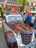 Flicka i den sovjetiska retrocar cabrioleten av 50-tal Moskvitch 401 Royaltyfri Fotografi