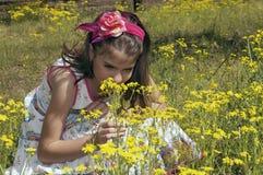 Flicka i den sura körsbärsröda fruktträdgården som tätt luktar Arkivfoto