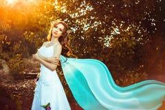 Flicka i den vita klänningen i skog Arkivfoto