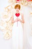 Flicka i den vita klänningen med röd hjärta i händer Arkivfoton