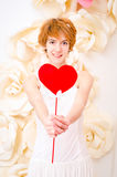 Flicka i den vita klänningen med röd hjärta i händer royaltyfria bilder