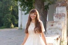 Flicka i den vita klänningen nära den gammala arkitekturen Royaltyfri Fotografi