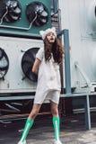 Flicka i den vita klänningen, randiga sockor och pälshatt Arkivbild