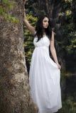 Flicka i den vita klänningen i skog Arkivbilder