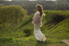 Flicka i den vita långa klänningen Fotografering för Bildbyråer