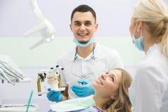 Flicka i dentistry Arkivfoton