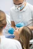 Flicka i dentistry Arkivbilder