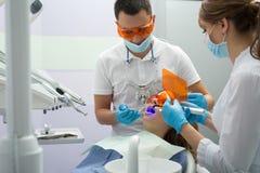 Flicka i dentistry Arkivfoto