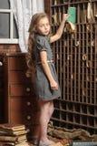 Flicka i det gamla arkivet arkivfoton