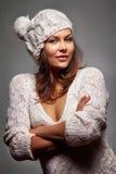 Flicka i det vita ull och locket arkivbild