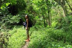Flicka i djungel arkivbild