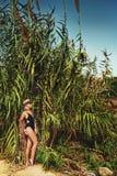 Flicka i djungeln arkivbild