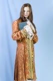 Flicka i dräkt av det 18th århundradet Arkivfoton
