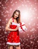 flicka i dräkt av Santa Claus med shopping Fotografering för Bildbyråer