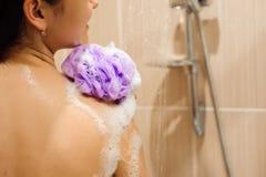Flicka i dusch med badsvampen Stående av den härliga kvinnan som tar koppla av duschen arkivbild