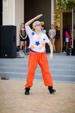 Flicka i en baseballmössa och en röd flåsandedans hiphop breakdancerdans royaltyfri foto