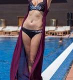 Flicka i en bikini av simbassängen för strandsemesterort Royaltyfri Foto