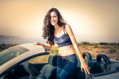 Flicka i en bil arkivbild