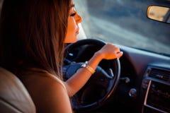 Flicka i en bil Arkivfoto