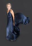 Flicka i en blå klänning Royaltyfri Fotografi