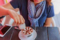 Flicka i en coffee shop fotografering för bildbyråer