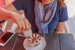 Flicka i en coffee shop Royaltyfri Bild