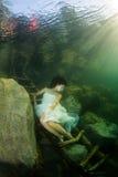 Flicka i en flod royaltyfri fotografi