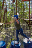 Flicka i en Forest Rope Park Challenge Royaltyfria Foton