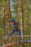 Flicka i en Forest Rope Park Challenge Arkivbild