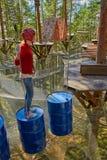 Flicka i en Forest Rope Park Challenge Arkivfoto