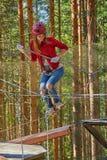 Flicka i en Forest Rope Park Challenge Fotografering för Bildbyråer
