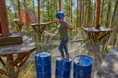 Flicka i en Forest Rope Park Challenge Arkivfoton
